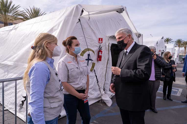 Franklin Graham speaks with Samaritan's Purse DART members, Kelly Sites (right) and Kelly Hormez (left).